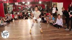 ¡El reconocido coreógrafo Antoine Troupe recientemente subió un vídeo de sus bailarines y junto al grupo estaba Minzy de 2NE1!.Ella fue captada a un lado en el vídeo observando como diferentes per...
