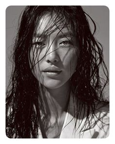 Liu Wen rocking the beach hair. Note: The wet hair for jungle Liu Wen rocking the beach Liu Wen, Trendy Hairstyles, Bob Hairstyles, Charcoal Hair, Grey White Hair, Pelo Natural, Hair Reference, Shooting Photo, Hair Care Routine