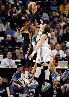 Lindsay Whalen defends the shot attempt by Shavonte Zellous during Game 1 of the 2012 WNBA Finals (Photo by NBAE/Getty Images)