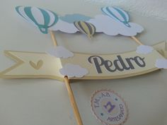 Feita em PAPEL!!  - - - - - -  Podemos fazer em outros temas e cores.  - - - - -  Tamanho:  Faixa escrito Pedro: 27,5 cm de comprimento.  Altura da ponta do palito até o balão + alto: 34,5 cm de altura.  Faixa de nuvem de uma ponta a outra: 23 cm de comprimento.     - - - - -
