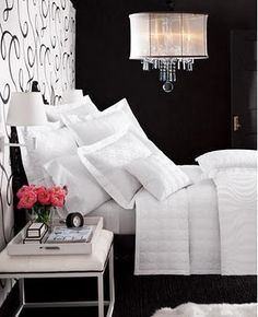 Classic black and white bedroom... everything about this space is just lovely. /ES