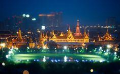 Με πληθυσμό πάνω από επτά εκατομμύρια, η πρωτεύουσα της Ταϊλάνδης είναι η μεγαλύτερη πόλη στην αριστερή όχθη του ποταμού Μενάμ και συχνά την αποκαλούν «Βενετία της Ανατολής» καθώς πολλοί π