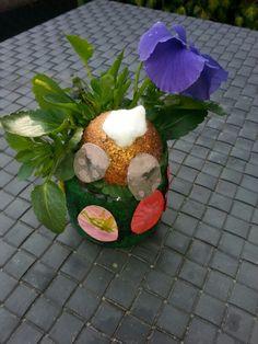 Pasen: halve piepschuim bal, voetjes van vilt en roze verf. Potje en konijnen billetjes zijn met een spons gestempeld. (Mengsel  van verf en bloem voor effect). Paaseieren knippen, kleuren en plakken, plantje erin. Saté prikker in halve bol steken en klaar.