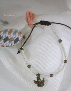 Pulsera para niña que forma parte de la canastilla de bebé con cierre en macramé ajustable y como colgante un angelito