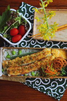 枝豆ご飯 ちくわのチーズマヨ焼き 青葱入り卵焼き 蓮根のきんぴら 春菊の炒め物 絹さやと人参のおかか和え サラダ