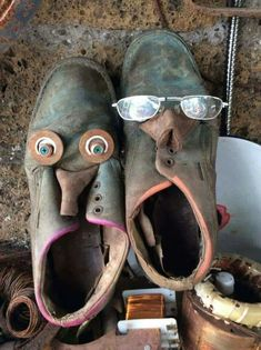 Old and leathery Scrap Metal Art, Metal Wall Art, Crafts To Make, Arts And Crafts, Funny Shoes, Recycled Art Projects, Old Boots, Trash Art, Found Object Art