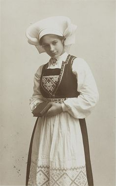 File:Kvinne i Hardangerbunad - no-nb digifoto 20140804 00011 bldsa PK18072.jpg