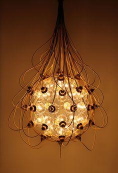 THE BIRTH GOLD  de Satoshi Itasaka Una lámpara que representa la naturaleza simple y enigmática de la fecundación del óvulo.
