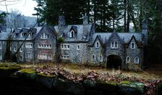 One doesn't generally associate castles with America, but not only does the United States have its fair share, some of those it does have are abandoned. St
