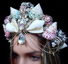 La florista de 27 años de edad, residente en Melbourne, Chelsea Shiels, comenzó con los clásicos tocados de flores, pero pronto decidió darle un giro exclusivo a su producción. Fue entonces cuando se le ocurrió diseñar estas coronas, que parecen el sueño de una sirena, hechas con caracolas marinas reales.