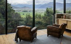 Emerald Bluffs House, the latest offering by New Zealand's RTA Studio, is burrowed into the idyllic landscape just outside of Lake Wanaka in the country's Central Otago region. Take an interactive tour of Emerald Bluffs House The scenic location was pa...