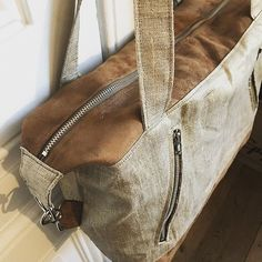 meloumy Un java small de @patrons_sacotin pour offrir ! ✨ en suédine marron, paon or et lin lamé or avec la bouclerie qui viennent de la @lamerceriedescreateurs 😍 J'adore ce patron ! 💗 . . . . . . . . . #sacotin #javasmall #javasmallsacotin #diybag #fabrics #gold #shinyaccessories #summerishere #handbag #sewingprojects #sewingaddict