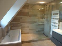 Rénovation d'une salle de bain sous comble, douche à l'italienne attenant au bain