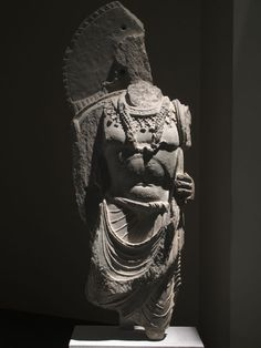 Bodhisattva. Région du Kapissa, monastère du Karratcha. Afghanistan. Schiste, iie‑iiie siècle. Musée Guimet