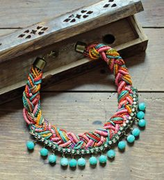 Plastron/Collier fantaisie Ethnique multicolore avec Strass. Un look inimitable!