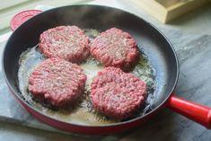 Hakkebøff med stekt løk og fløtesaus - Dansk tradisjonsma... | Gladkokken Sausage, Steak, Food, Sausages, Essen, Steaks, Meals, Yemek, Eten