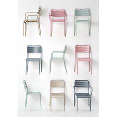 Deze stoelen zijn zo leuk! #KwantumTuinactie Hang them upon your gardenwall and put some plants on it. Love it!
