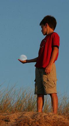 IMG_0181Pablo jugando con la Luna, via Flickr.
