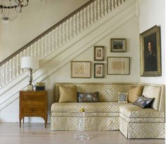 love the use of this corner in an entryway