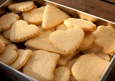 The shortbread is a small dry cake with a crumbly dough of variable diameter and so Scottish Shortbread Cookies, Shortbread Biscuits, Biscuit Cookies, Pastel Cakes, Desserts With Biscuits, Thermomix Desserts, Snack Recipes, Snacks, French Desserts