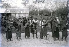 https://flic.kr/p/8wQ8o4 | Javaanse vrouwen met kinderen | Zeven Javaanse moeders poseren met hun kinderen die ze dragen in een slendang.  Datum: ca. 1920 Locatie: Suriname Vervaardiger: Augusta Curiel Inv. Nr.: gn-15-64 Fotoarchief Stichting Surinaams Museum