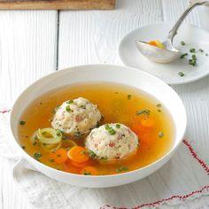 Schöne Grüße aus Südtirol: Wer am Tage viel gewandert oder geklettert ist, darf sich am Abend mit dieser deftigen Suppe stärken.