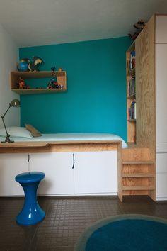Chambre d'enfant : lit-plateforme multifonctions avec rangements, une bibliothèque et un petit bureau / Archi : ATELIER PREMIER ETAGE