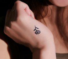 Pequenas, rápidas de fazer e cicatrizar, custam e doem menos. Confira uma lista com 100 mini tattoos.