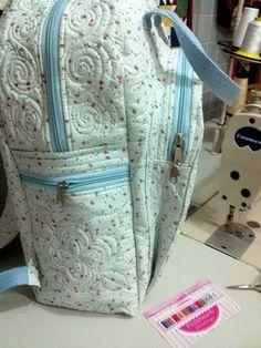 As aulas chegando   e novas mochilas são feitas     A cada mochila que faço usando o mesmo modelo, medidas   faço detalhes diferente como b... Coin Purse Pattern, Backpack Pattern, Purse Patterns, Denim Backpack, Denim Bag, Bag Quilt, Diy Handbag, Bag Packaging, Baby Diaper Bags