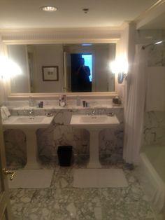 Banheiro em mármore hotel Ritz Carlton New Orleans #BanheiroMarmore #PiaBanheiro PiaMarmore