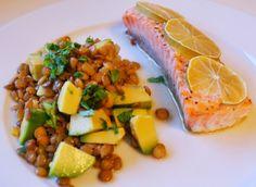 Ovensbakt laks med lime- og linsesalat med avokado og lime-chilidressing