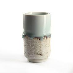 """Porzellan Tasse, """"Herbstlandschaft"""", blau/grün/weiss changierend. wird von dem jungen Keramikkünstler Jin Yuan Xü 徐进缘 gefertigt."""