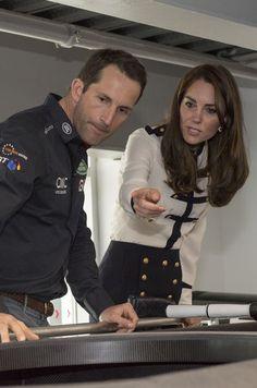 À Portsmouth ce vendredi, la duchesse de Cambridge, née Kate Middleton, n'a pas résisté à la tentation de naviguer avec le champion de voile Ben Ainslie.