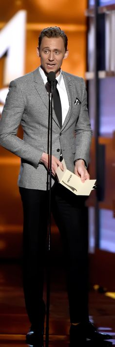 Tom Hiddleston presents the Entertainer of the Year award onstage during the 51st Academy of Country Music Awards at MGM Grand Garden Arena on April 3, 2016 in Las Vegas, Nevada. Full size image [UHQ]: http://ww4.sinaimg.cn/large/6e14d388gw1f2kidq3rylj21ns2bce82.jpg Source: Torrilla, Weibo http://www.weibo.com/1846858632/DpnUzCKIf?from=page_1005051846858632_profile&wvr=6&mod=weibotime&type=comment#_rnd1459767216963