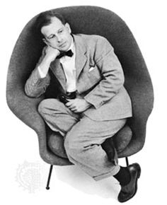Eero Saarinen in his Womb Chair. Finnish American architect and industrial designer. Eero Saarinen, Saarinen Chair, Philip Johnson, Oscar Niemeyer, Frank Gehry, Kenzo Tange, Womb Chair, Egg Chair, Swivel Chair