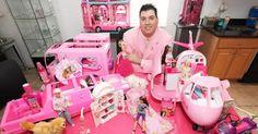 """Este 'hombre' de 41 años de edad tiene una impresionante colección de 2,000 muñecas Barbie y 1,000 figuras de Ken que cubren la mayoría de los rincones de su casa.    El coleccionista quien se denomina así mismo como """"El Hombre Barbie"""", comenzó con su peculiar colección hace casi 20 años y afirm"""
