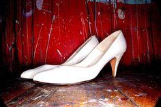 Scommetto che anche voi avete una serie di scarpe che non mettete mai perchè ci vorrebbe quel mezzo num in più...perchè mi batte in punta, perchè mi sfrega dietro. Io avevo un paio di ballerine estive che non avevo mai potuto mettere, pagate 9 euro, il calzolaio me ne chiedeva 7 per metterle in forma. E allora sai che c'è? Che chi fa da sè fa per tre! Tiè! ;-) http://www.mammarisparmio.it/9-metodi-casalinghi-per-allargare-allungare-la-scarpa-anche-in-altezza/