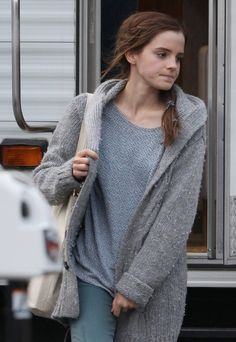 Emma Watson & Russell Crowe Film 'Noah' in Brookville!: Photo Emma Watson walks out of the hair and makeup trailer on the set of her new film Noah on Thursday (October in Brookville, New York. Emma Watson Casual, Emma Watson Style, Emma Watson Beautiful, Harry Potter Hermione, Hermione Granger, Casual Trends, Russell Crowe, Old Actress, Gilmore Girls