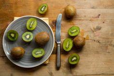 Kiwi to pyszne owoce, źródło wielu witamin. Szczególnie dobrze smakują o tej porze roku, dostarczając nam witaminy C.  #kiwi #kivi #owoce #fruits #healthy #eatclean #cleaneating #vitamins #abcZdrowie