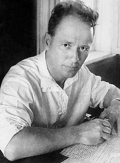 """Sholokhov-1938.Российскую и мировую известность Шолохову принёс роман «Тихий Дон» ) о донском казачестве в Первой мировой и Гражданской войнах; это произведение, объединяющее несколько сюжетных линий, называют эпопеей. Писатель-коммунист, в годы Гражданской войны бывший на стороне красных, Шолохов значительное место в романе уделяет белому казачеству, а его главный герой — Григорий Мелехов — в конце повествования так и не «приходит к красным."""""""