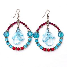 Aros realizados con vidrios craquelados, vidrios de la India, cristales, cuentas semipreciosas Coral rojo y gotas de acrílico turqueza.