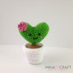 Hartje plantje gemaakt door Minasscraft. Dit leuke hartje plantje is geïnspireerd op een cactus en erg leuk om als klein haakprojectje te maken. Voor iedereen die van plantjes, hartjes en haken houdt.