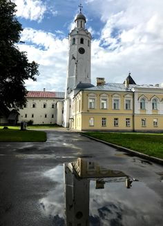 Lee sobre la fascinante historia de la ciudad rusa más antigua y, probablemente, la más encantadora, Veliki Nóvgorod, en nuestro blog. Medieval, Old Things, Tours, City, Water, Blog, Travel, Saint Petersburg, Russia