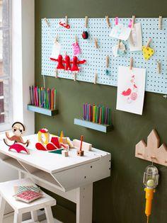 """Att inspireras av. En """"håltavla"""" målad i kul färg kan vara ett bra väggskydd bakom ett skriv-/arbetsbord."""