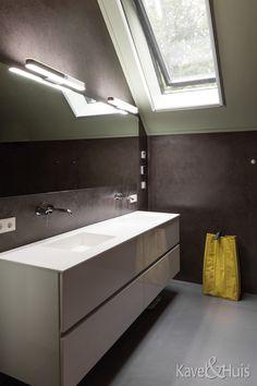 Badkamer met schuindak Bathroom Lighting, Bathtub, Mirror, Furniture, Home Decor, Bathroom Light Fittings, Standing Bath, Bathroom Vanity Lighting, Bathtubs