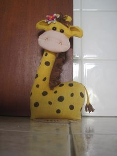 Peso de porta girafa Diy Doorstop, Doorstop Pattern, Easy Crafts For Kids, Diy And Crafts, Diy Dog Toys, Embroidery Hoop Crafts, Potholder Patterns, Christmas Wood Crafts, Giraffe Art
