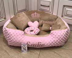 Pink and beige designer pet bed with personalised dog toy Custom made dog bed Pink bed for dog Pink and brown puppy bed S M dog bed Puppy Beds, Pet Beds, Pink Dog Beds, Princess Dog Bed, Personalized Dog Beds, Diy Dog Bed, Diy Bed, Brown Puppies, Dog Beds For Small Dogs