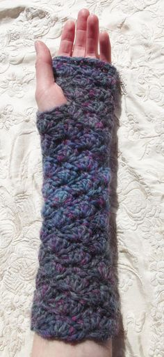 Delicate Stitches: Cosy Shells Fingerless Gloves. Free crochet pattern by Helen Walsh