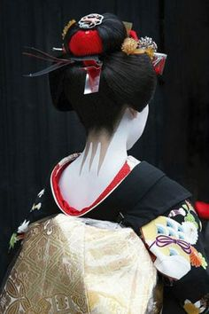 Typical nape make-up on a maiko (Note the red collar) Sensual-Geisha-Back.jpg 280×420 píxeles