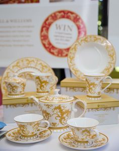 Historic Royal Palaces by Maxwell & Williams Hampton Court display in White.